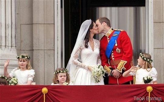 Британский принц Уильям целует свою жену Кэйт