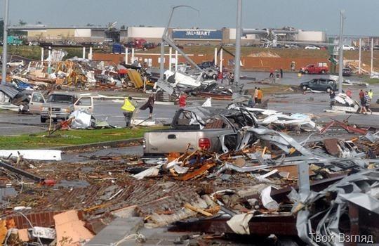 Последствия мощного торнадо в Миссури