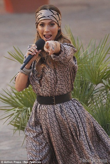 Дженнифер Лопес прибыла на телешоу в очаровательном черно-бежевом платье