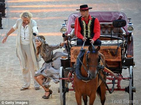 На телешоу Дженнифер прибыла словно королева - в коляске, запряжённой парой лошадей