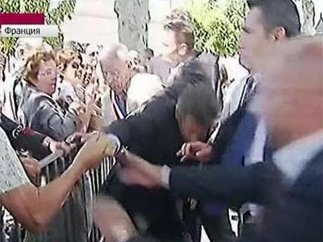 Видео нападения на президента Франции Николя Саркози во время общения с народом