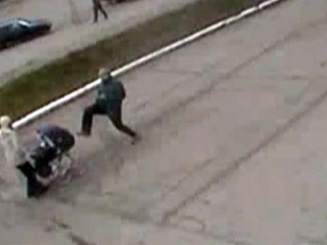 Задержан мужчина, который пинал детскую коляску (видео)