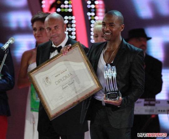 Победитель Новой волны Джейден Фелдер из Соединенных Штатов получил главный приз из рук Игоря Крутого