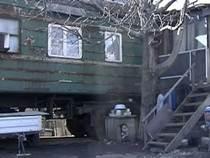 Семьи живут в старых вагонах