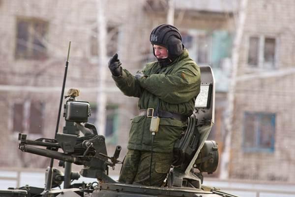 Командир танка показывает фак