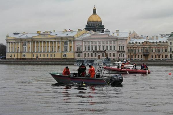 Тело женщины и двухмесячного ребенка ищут в Неве в Петербурге