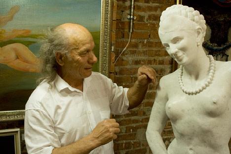 Скульптура Волочковой в Луганске. Фотографии