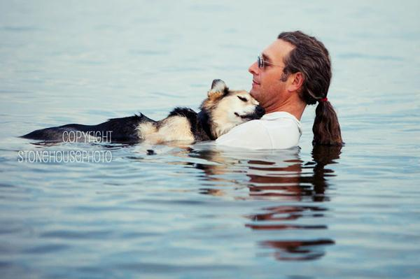 Хозяин, заботящийся о своем старом псе