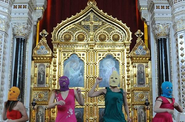 Панк-молебен в храме Христа Спасителя и его видеомонтаж