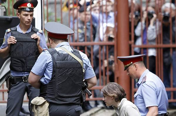 Екатерину Самуцевич увозят после предварительных слушаний из Хамовнического суда 20 июля 2012 года