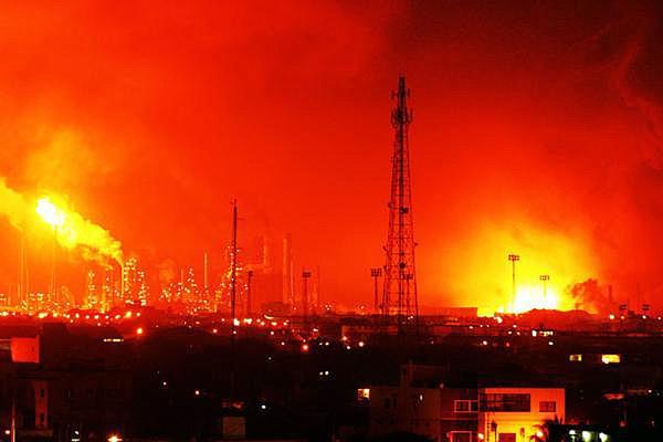 Пожар на заводе Амуае. © Daniela Primera AP Photo