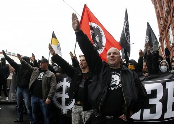 «Русский марш», на котором были задержаны 25 человек в форме СС, вскидывавшие руки в нацистском приветствии